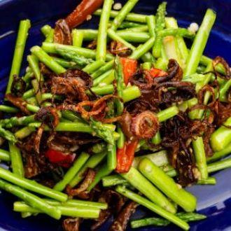 Recipe of Wok Tossed Asparagus in Mild Garlic Sauce