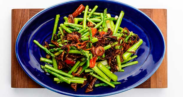 Recipe of Wok Tossed Asparagus in Mild Garlic Sauce