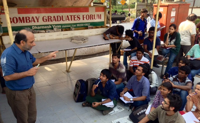 Mumbai: Suspended professor takes classes on the road