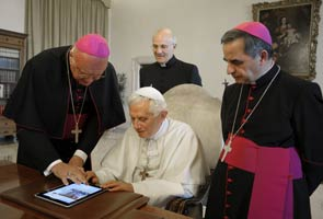 Pope praises Jesus in first Twitter message