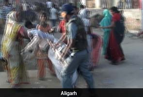 Aligarh-cop-hits-woman-protester-295x200.jpg