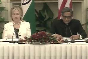 Hillary Clinton applauds Singh, Gilani for improvement in ties