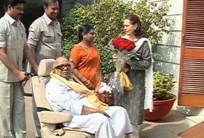 Karunanidhi meets Sonia Gandhi, Law Minister