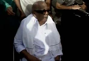 Karunanidhi meets daughter Kanimozhi at Tihar Jail