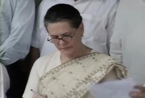 Sonia Gandhi meets Delhi Minister Walia after civic poll defeat