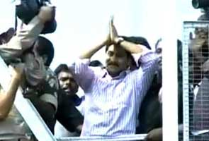 Jagan arrives in 100-car convoy in Telangana to few protests