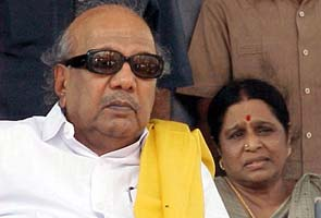 Karunanidhi meets Kanimozhi at Tihar Jail
