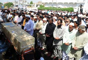 Pakistan buries victims of Bhoja Air plane crash